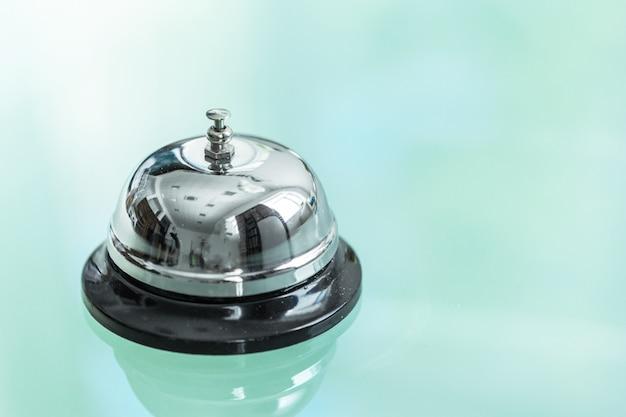 Serviceklingel an der rezeption im hotel oder restaurant