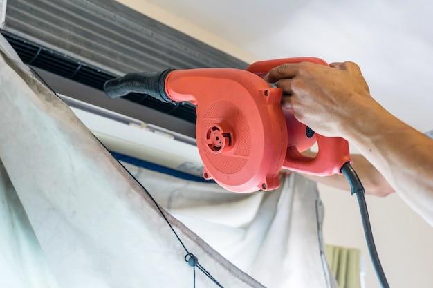 Servicetechniker ist reinigung, reparatur und wartung der klimaanlage