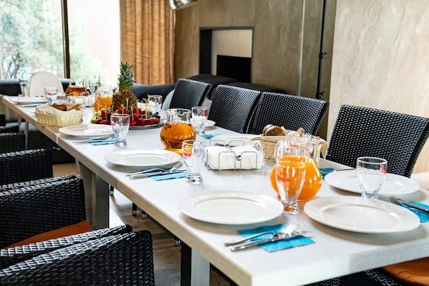 Servieren eines banketttisches in einem restaurant oder zu hause für einen urlaub