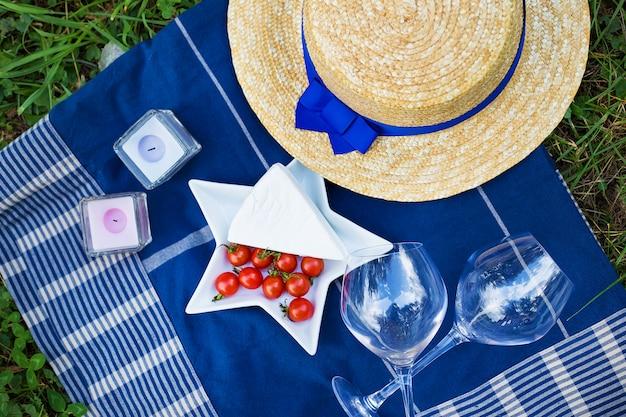 Servieren sie ein sommerpicknick im französischen stil