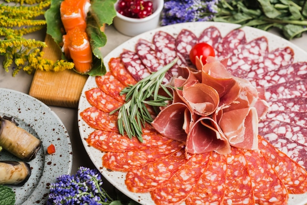 Servieren von hauptgerichten und salaten im restaurant