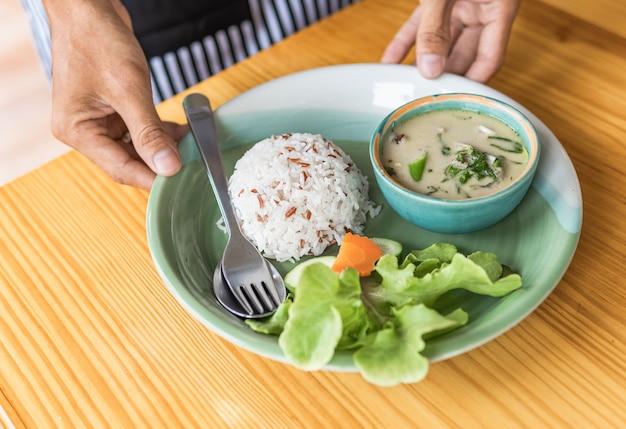Servieren von reis mit hühnchen grünem curry für gesunde gekocht