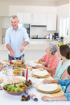 Serviermahlzeit des älteren mannes zur familie