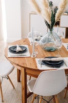 Serviert esstisch in einer modernen skandinavischen küche. Premium Fotos