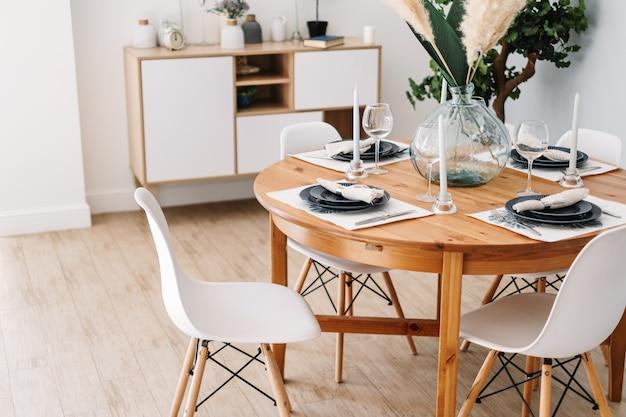 Serviert esstisch in einer modernen skandinavischen küche.
