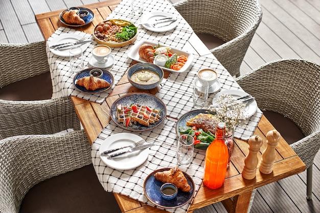 Serviert tisch im sommerterrassencafé, zeit zum frühstück oder mittagessen