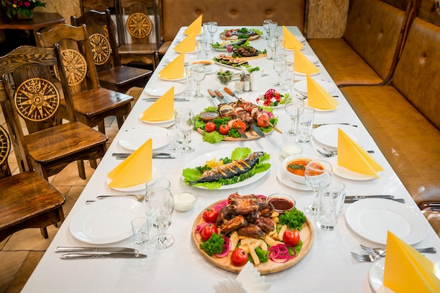 Serviert tisch mit einer mahlzeit in einem restaurant