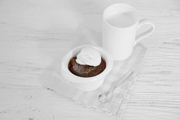 Serviert tisch mit schokoladen-lava-kuchen mit eis