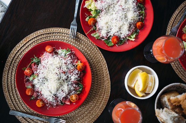 Serviert tisch zu hause mit hausgemachtem italienischem carpaccio frischer brotsaft