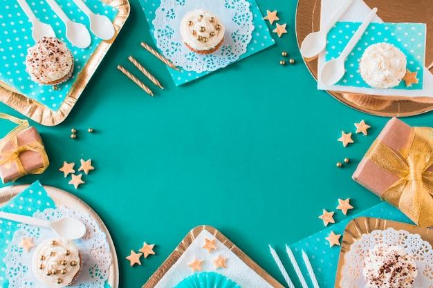 Servierte cupcakes auf farbigem hintergrund