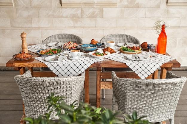 Servierter tisch im sommerterrassencafé, zeit zum frühstück oder mittagessen, warten auf gäste