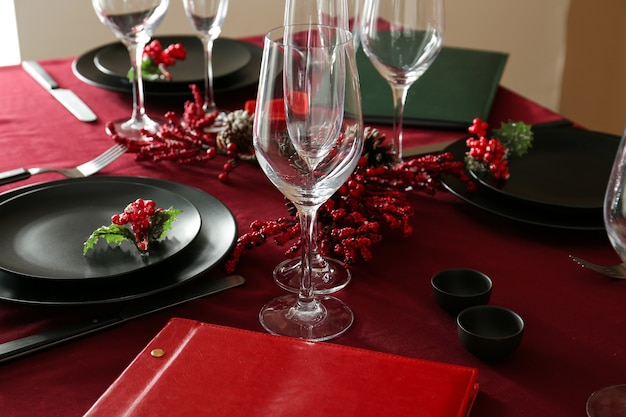 Servierter tisch mit menü im restaurant