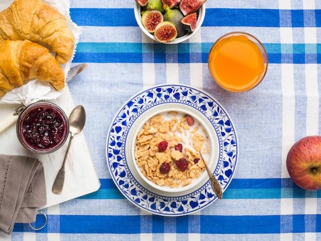 Serviertes frühstück mit müsli, feigen, croissants