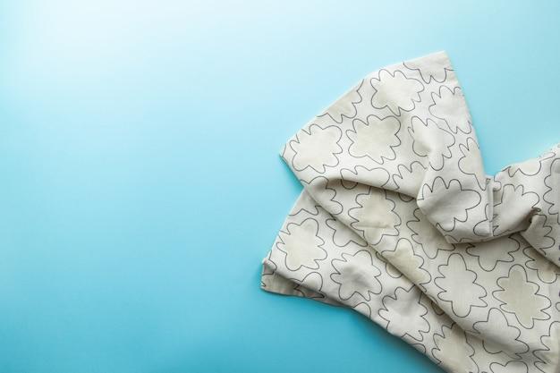 Serviertisch mit grey crumpled serviette