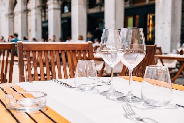 Serviertische des sommercafé-restaurants in der stadtstraße.
