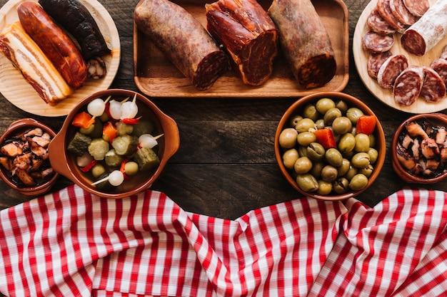 Serviette nahe würsten und essiggurken