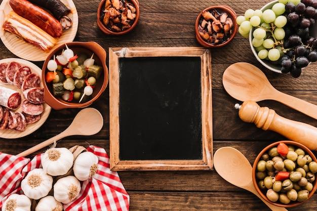 Serviette und löffel nahe lebensmittel und tafel