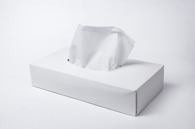 Servietten in einer box auf weißem hintergrund. schachtel für servietten. natürliches material.