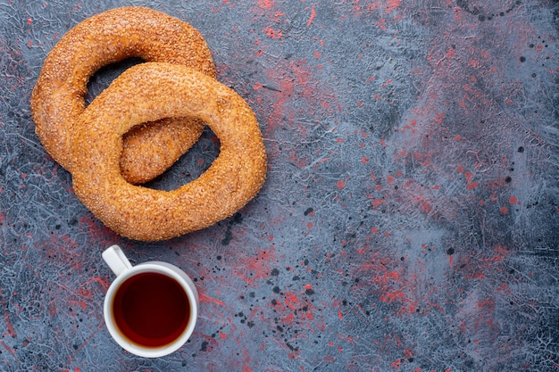 Sesam-bagel mit einer tasse earl grey tee.