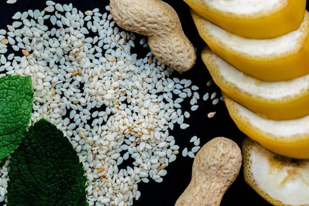 Sesam, erdnüsse, schnitt bananen und minze blätter