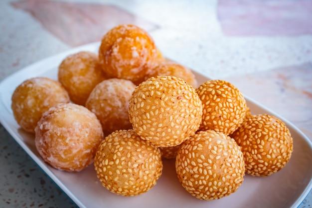 Sesambälle, viel art des thailändischen nachtischs.