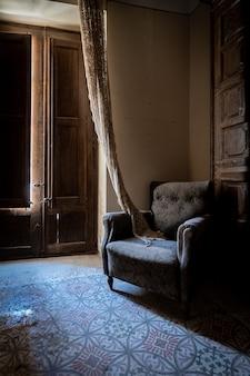 Sessel in einer ecke der lounge in der dämmerung
