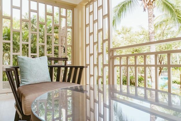 Sessel mit kissen auf der terrasse