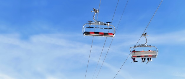 Sessellifte eine leere und andere transportierende menschen in einem winterresort unter verschwommenem himmel