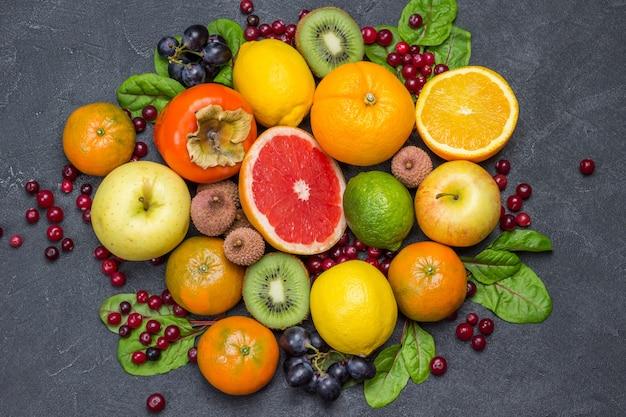 Set aus abwechslungsreichen, mehrfarbigen exotischen früchten mit mangoldblättern