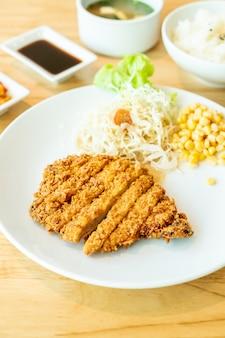 Set aus gebratenem schweinekotelett (tonkatsu)