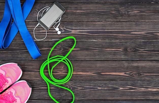 Set aus hellen latexgummibändern für fitness, smartphone und turnschuhe