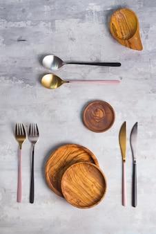 Set aus hölzernen küchenutensilien aus olivenholz mit stilvollem rosa besteck