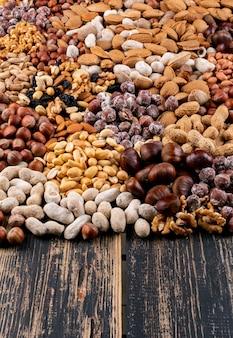 Set aus pekannüssen, pistazien, mandeln, erdnüssen, cashewnüssen, pinienkernen und verschiedenen nüssen und getrockneten früchten