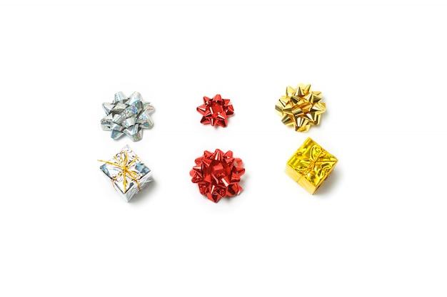 Set aus satinschleifen und geschenkboxen in rot, silber und gold