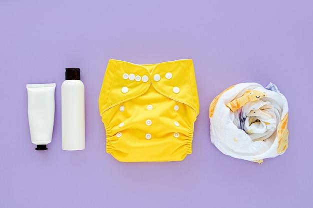 Set aus stoffwindel, musselin-wickeldecke, babykosmetik und kindersachen. umweltfreundliche stoffwindeln für neugeborene. babyhygienekonzept.