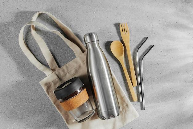 Set aus umweltfreundlichem bambusbesteck, öko-tasche und wiederverwendbarer kaffeetasse. nachhaltiger lebensstil. plastikfreies konzept.
