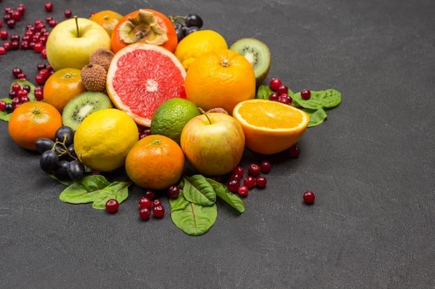 Set aus verschiedenen bunten exotischen früchten mit mangoldblättern