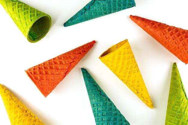 Set aus verschiedenen hellen, mehrfarbigen eiswaffeltüten auf weißer, flacher lage