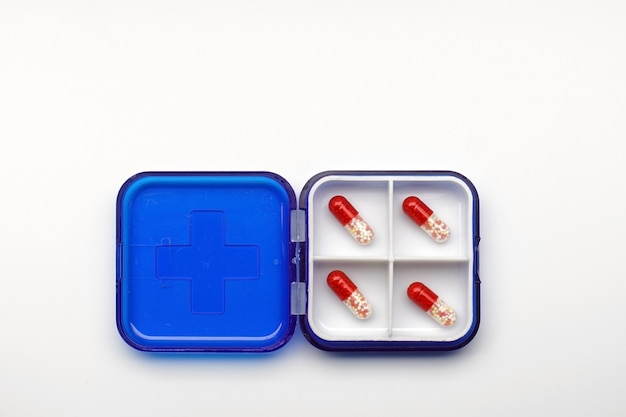Set aus verschiedenen kapseln und tabletten in einer box für die tägliche dosierung. erste-hilfe-kasten für krankenhäuser