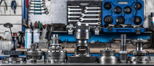 Set aus verschiedenen motor- und getriebeersatzteilen. glänzende zahnräder für planetengetriebe