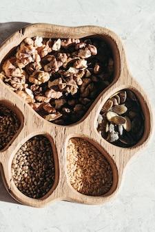 Set aus verschiedenen samen und nüssen, natürliches gesundes essen zum kochen