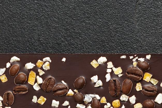 Set aus verschiedenen schokoladensorten auf dunklem stein
