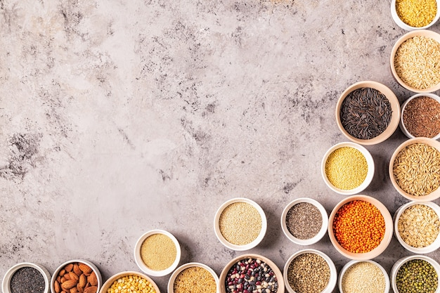 Set aus verschiedenen superfoods - vollkornbohnen, hülsenfrüchten, samen und nüssen