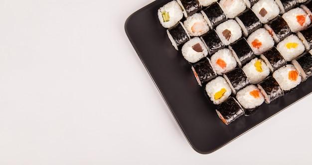 Set aus verschiedenen sushi und brötchen mit fischkäse