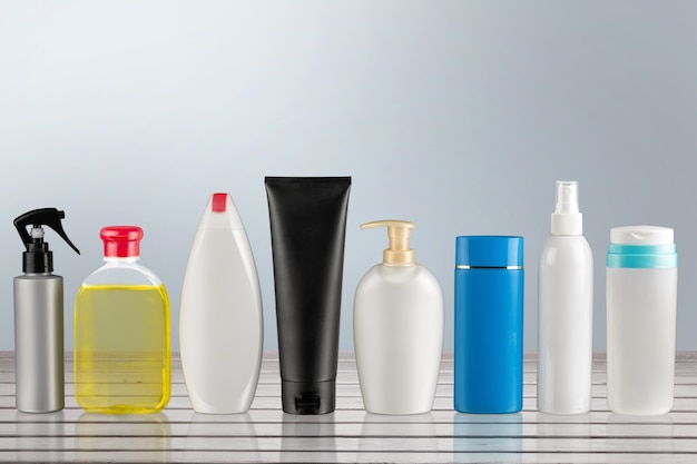 Set aus verschiedenen weißen, grauen, grünen, blauen flaschen für die schönheit,