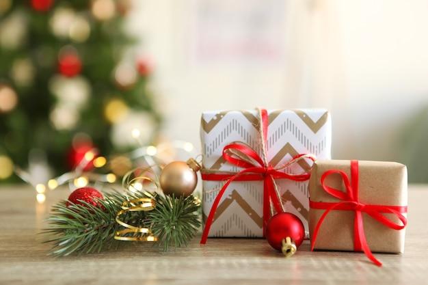 Set aus wunderschön verpackten geschenkboxen und weihnachtsdekoration