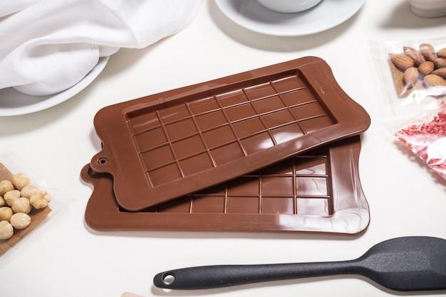 Set aus zwei schokoladenformen, braunes silikon