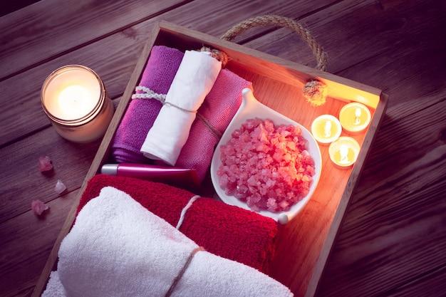 Set badehauszubehör für spa in low-key-beleuchtung
