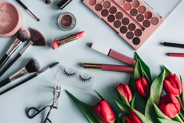 Set dekorative kosmetik für damen zur hautpflege mit pfingstrosen mit roten blüten