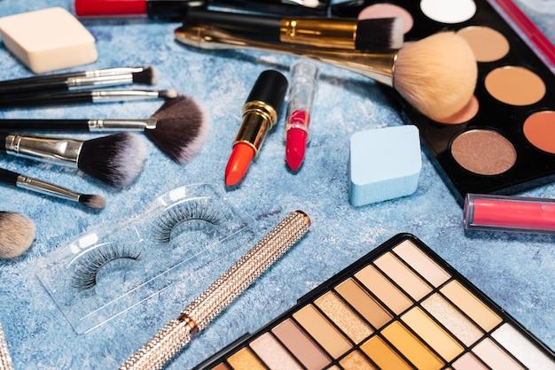 Set dekorative kosmetik, make-up-pinsel auf blau